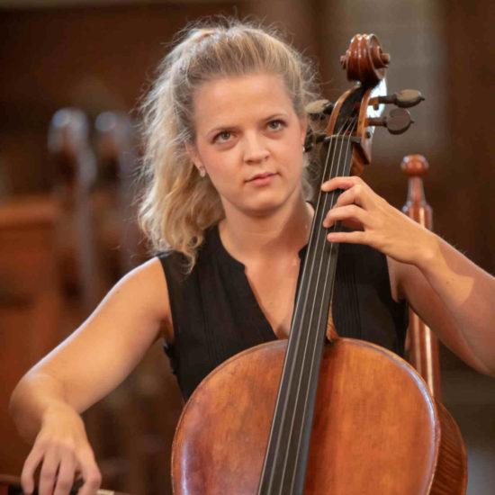 Die Cellistin Alma Stolte spielt ihr Instrument während eines Live-Konzerts