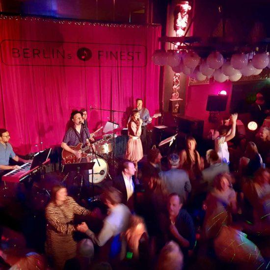 Die Hochzeitsband BERLINs FINEST spielt auf einer Hochzeit und das Publikum feiert ausgelassen