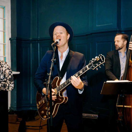 BERLINs FINEST Jazzband mit Saxophon, Gitarre und Kontrabass