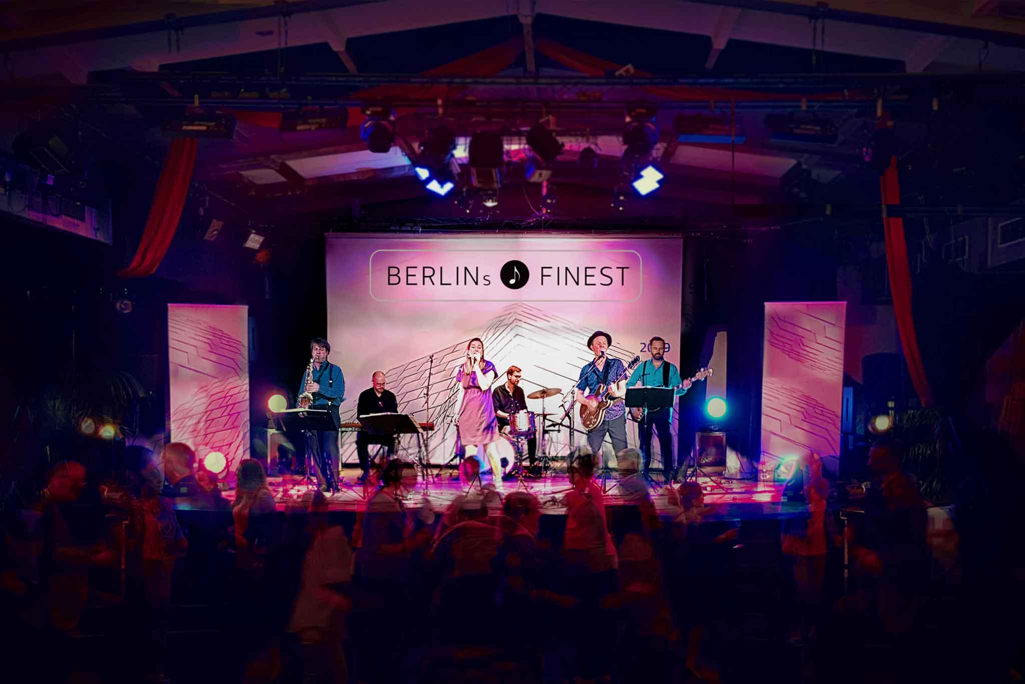BERLINs FINEST Partyband spielt auf einer Bühne Menschen feiern davor