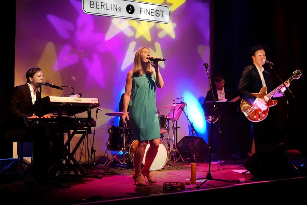 BERLINs FINEST Partyband musiziert auf einer Bühne