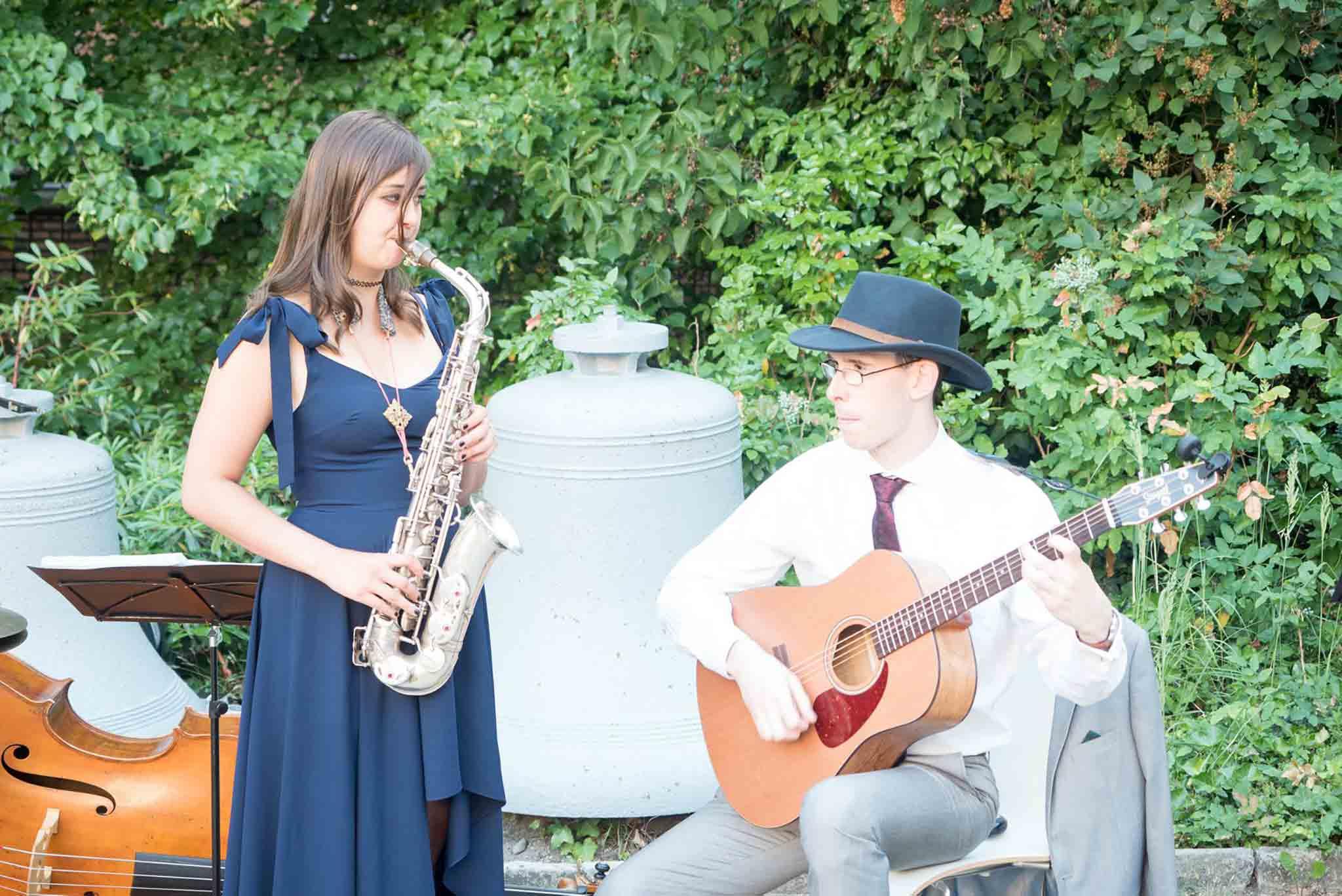 Die Saxophinstin Lina Peters und einen Gitarrist spielen Swingmusik auf einer Veranstaltung