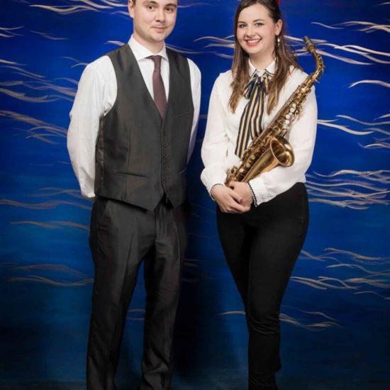 Die Saxophonistin Lina Peters und ein Pianist schauen in die Kamera