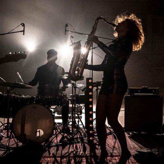 Die Saxophonistin der Liveband LIVE!STYLE spielt Saxophon