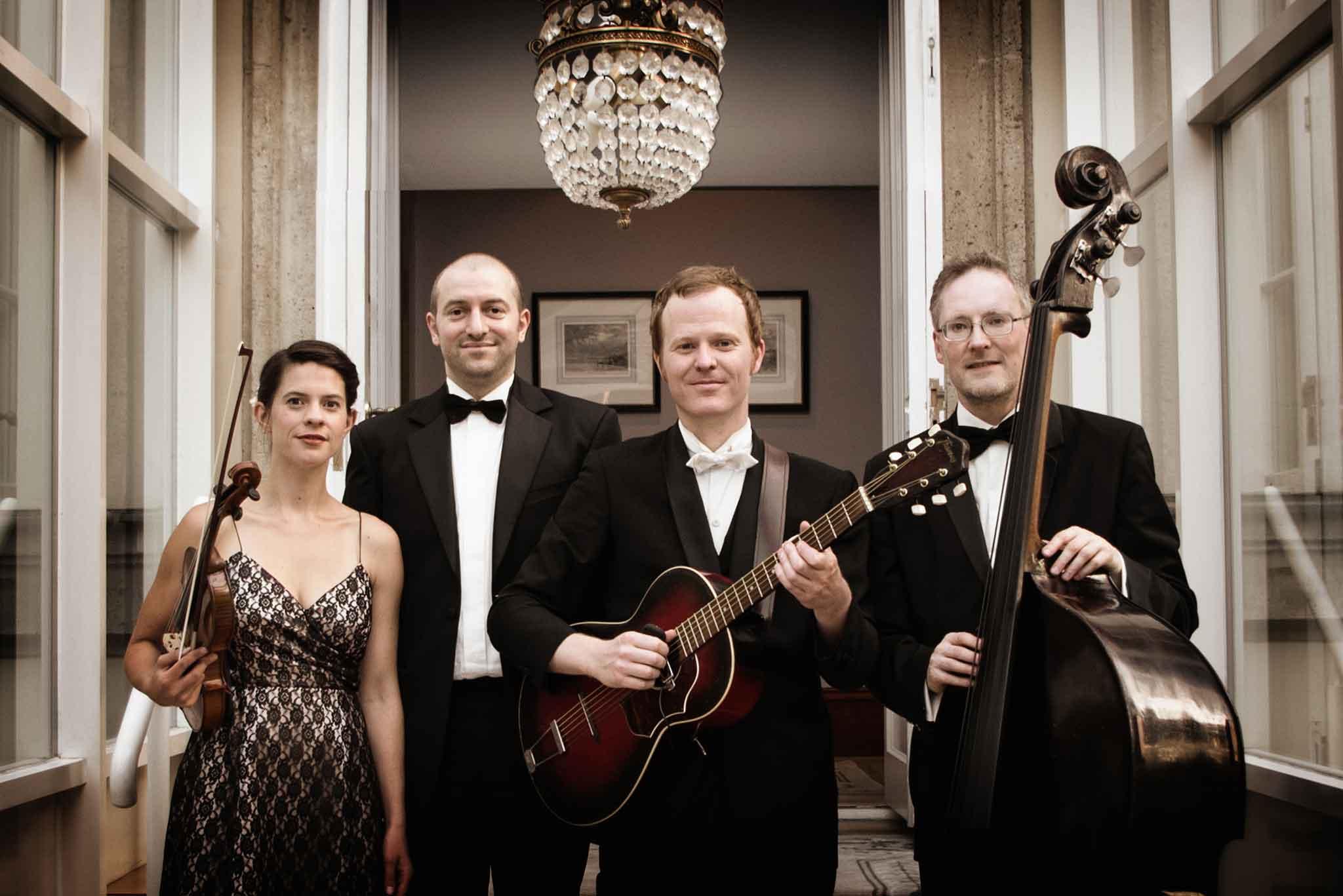 Manuel von Eden Quartett mit Violine, Gitarre und Kontrabass
