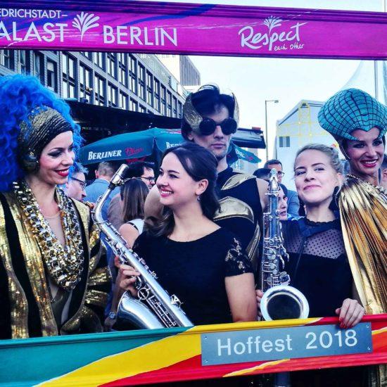 Zwei Saxophonistinnen der Liveband MOON GLOW beim Hoffest des Friedrichstadt-Palast