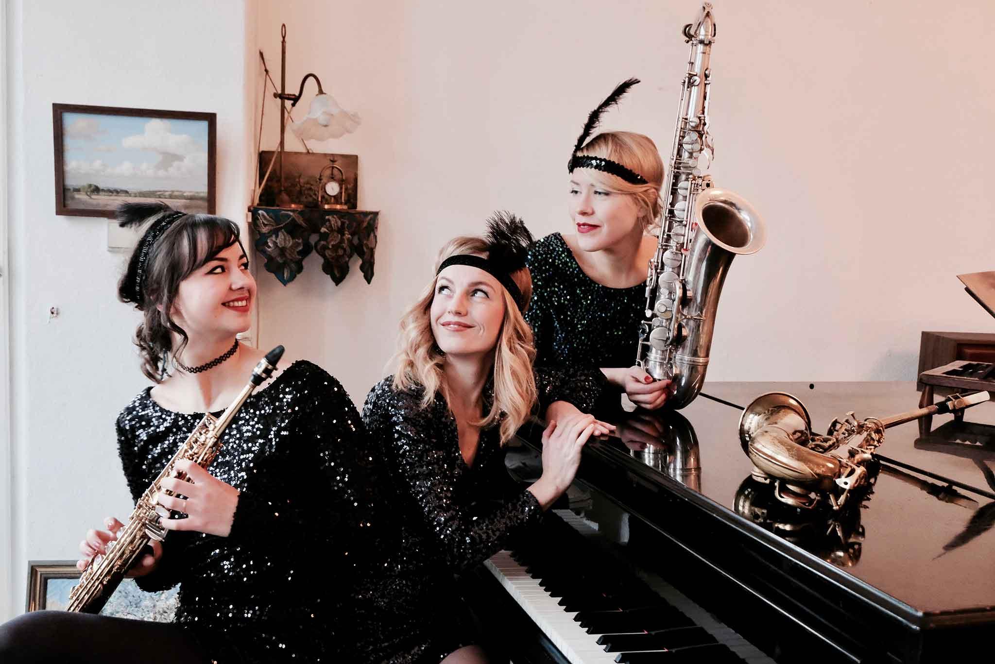 Die Swingband MOON GLOW spielt mit drei Saxophonistinnen Swingmusik