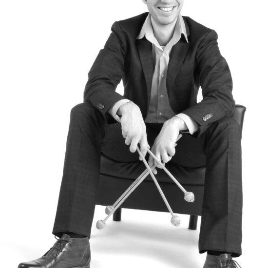 Der Schlagzeuger Tobias Moeck hält zwei Schlägel in der Hand