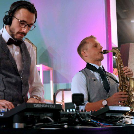 DJ und Saxophon begleiten eine Firmenveranstaltung in Nürnberg
