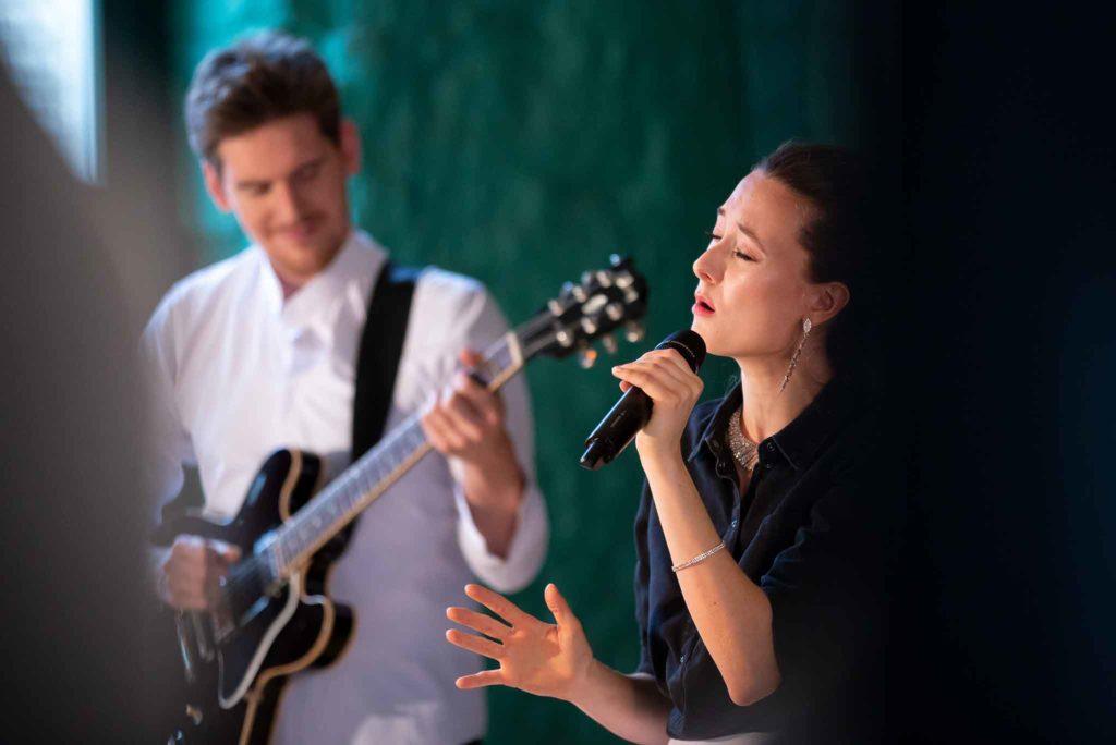 Die Sängerin Jasmin Graff wird von einem Gitarristen begleitet