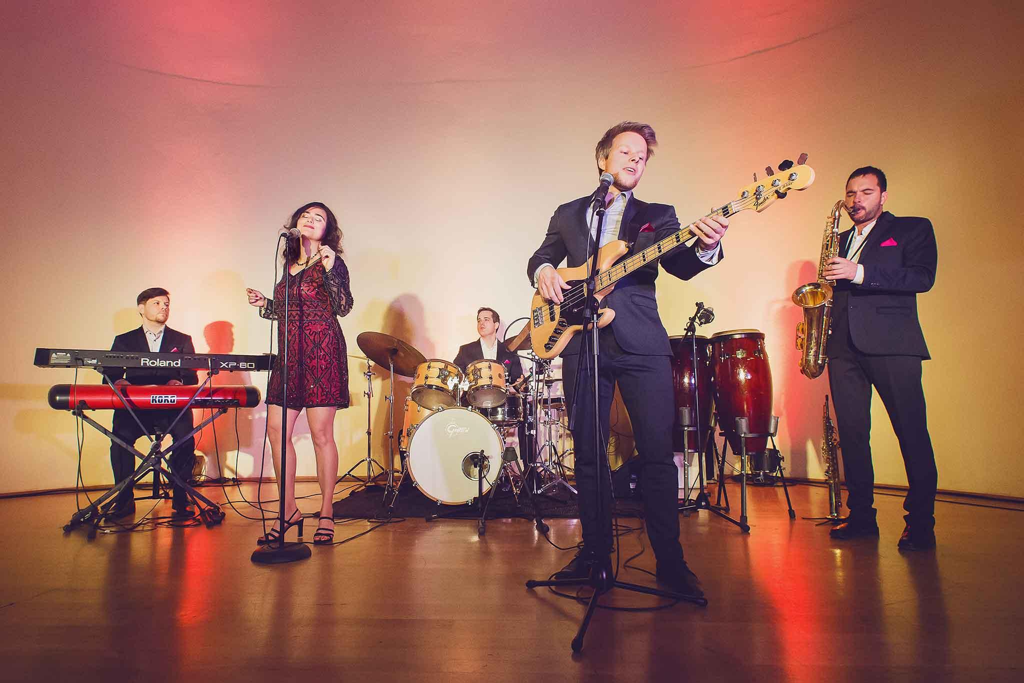 Die Dresdner Hochzeitsband Adlips spielt Livemusik auf einer Hochzeit