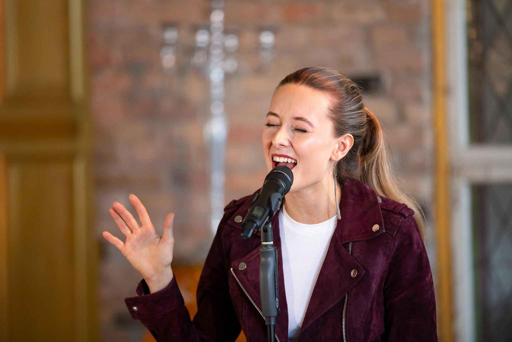 Saengerin Jasmin Graff sind gefühlvoll in ein Mikrofon