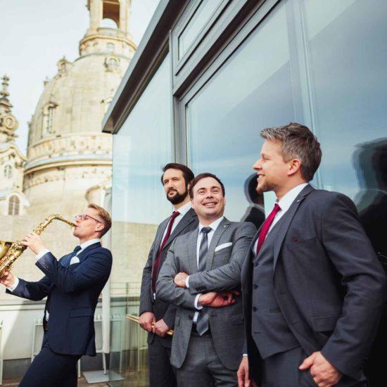 Die Jazzband Swing Department posiert vor der Frauenkirche in Dresden