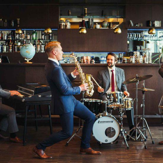 Die Jazzband Swing Department spielt Livemusik in einer Hotelbar
