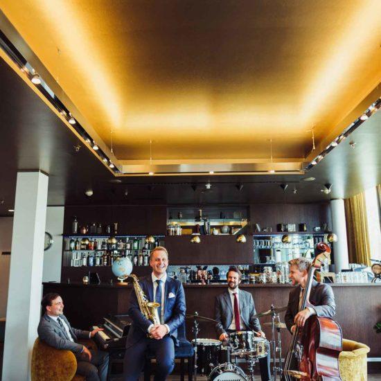 Die Jazzband mit Saxophon, Piano, Kontrabass und Schlagzeug aus Dresden